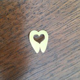 سنجاق سینه دندانی دندان قلب