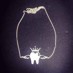 گردنبند دندانی تاج دار و بالدار