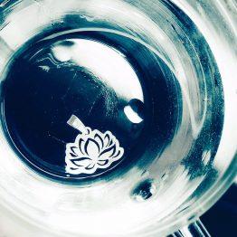 مدال گردنبند دست ساز نیلوفر نقره