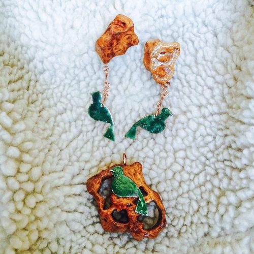 گردنبند و گوشواره دست ساز پرنده مینا کاری رنگ سبز مس چوب توسکا