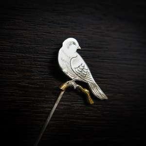 سنجاق سینه دست ساز قلمزنی طرح پرنده