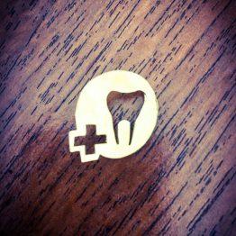 سنجاق سینه دندانی