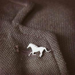 سنجاق سینه طرح اسب