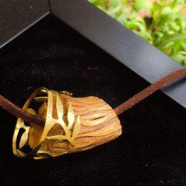 گردنبند برگ های نقره دور شاخه چوب