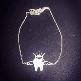 گردنبند دندان تاج و بالدار