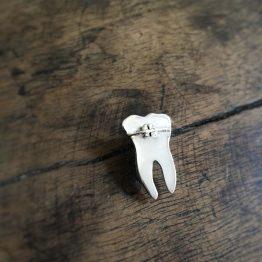 سنجاق سینه دندان با براکت ارتودنسی
