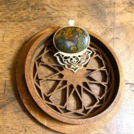 مدال سنگ عقیق منظره با طرح تاج اسلیمی