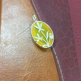 مدال سنگ عقیق زرد با طرح بوته