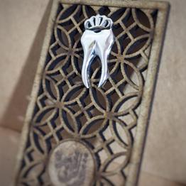 سنجاق سینه دندان تاجدار سه بعدی